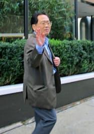 報道陣の質問を受けた後、立ち去る森口氏(12日、ニューヨーク)=共同
