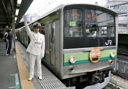 開業140周年の記念ヘッドマークを付けた特別電車「鉄道開業記念号」(14日、JR新橋駅)=共同