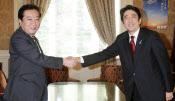 民主・自民両党は消費増税のカギになる予算編成で一致点が見いだせるか。自民党の安倍総裁(右)と握手する野田首相(11日、国会内)
