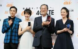 スマートフォンなどの新商品を発表するKDDIの田中社長(右から2番目)=17日、東京都港区