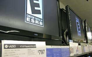 米量販店に並ぶビジオのテレビ(カリフォルニア州)