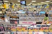 音楽CDのファンは多い(都内のCD店)