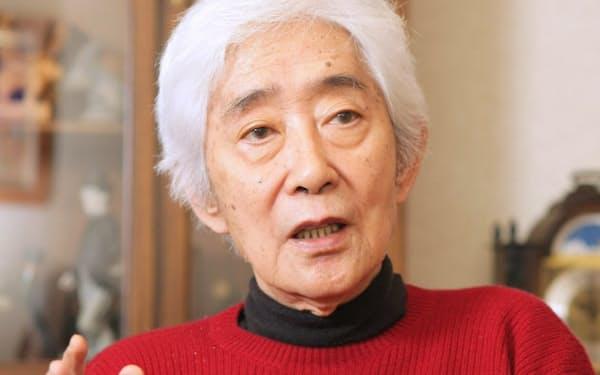 インタビューにこたえる作家の藤本義一氏(2009年12月、兵庫県西宮市)