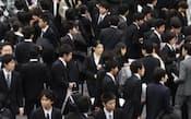 解禁日に行われた合同説明会に殺到する学生たち(昨年12月、東京都新宿区)