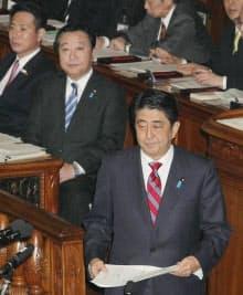 代表質問のため演壇に向かう安倍自民総裁。後ろは野田首相(31日)