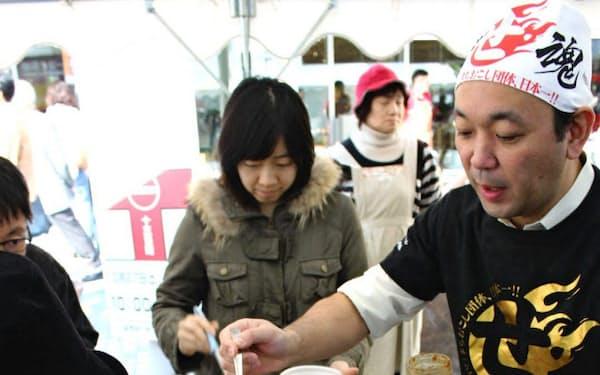 プロの指導で作った八戸せんべい汁を味わう(10月27日、青森県八戸市)