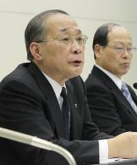 記者会見する東京電力の下河辺会長(7日、東京都千代田区)