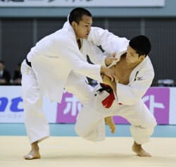 男子73キロ級決勝 土井健史(左)を破り優勝した大野将平(10日、千葉ポートアリーナ)=共同