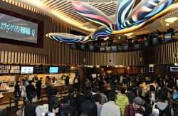 「ヱヴァンゲリヲン新劇場版:Q」の先行上映会に集まったファン(16日夜、東京都新宿区)=共同