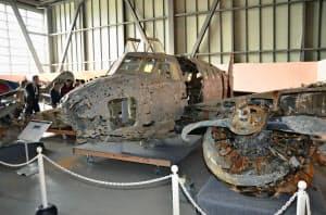 青森県十和田湖から69年ぶりに引き揚げられた旧陸軍の「一式双発高等練習機」(1日)=共同