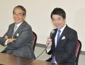 記者会見する日本維新の会の石原代表(左)と橋下代表代行(17日午後、大阪市住之江区)
