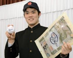 中日への入団が決まり、ポーズをとる慶大の福谷浩司投手(19日午後、名古屋市中区)=共同