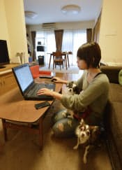 自宅で仕事をする寺島さん。発注元とは会ったことがない(東京・武蔵野市)
