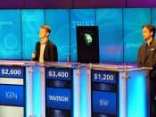 米のクイズ番組で歴代チャンピオンと対戦するIBMのコンピューター「ワトソン」(中央)