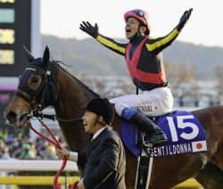 第32回ジャパンカップを制したジェンティルドンナと岩田康誠騎手(25日、東京競馬場)=共同