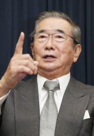 インタビューに答える日本維新の会の石原代表(26日午後、東京都港区)