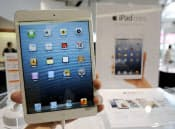KDDI(au)とソフトバンクモバイルが発売した、携帯電話回線も使えるタイプの「iPad mini(アイパッドミニ)」=共同