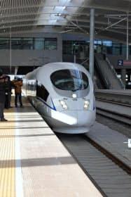 大連北駅を出発した1番列車(1日、中国・大連)