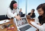 会議でアイデアを練るカヤックのクリエイター(左)とジェイアイエヌの担当者ら(東京都渋谷区のジェイアイエヌ本社)