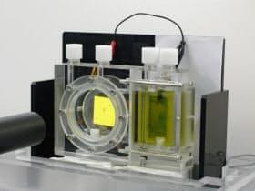 色の変化でギ酸の生成を確認する(人工光合成の実験装置)