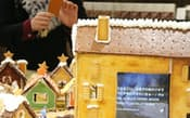 スマートフォンで写真を撮り、ツイートなどをすると液晶の画面に表示される(東京都千代田区の無印良品有楽町店)