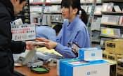 各地の家電量販店はWii Uを求める客で朝からにぎわった(8日午前、大阪・梅田)