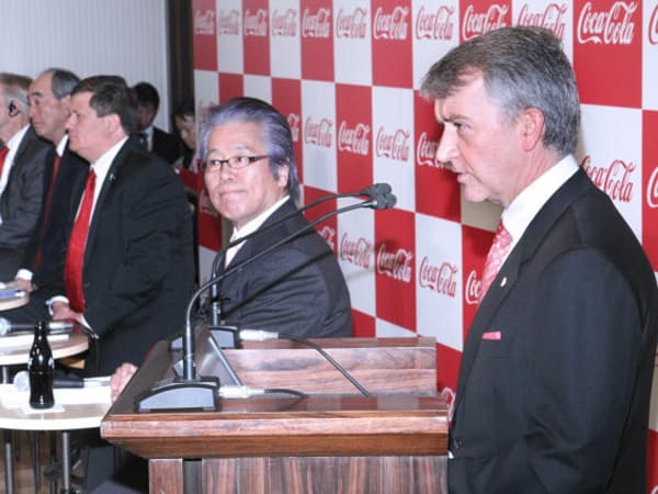 経営統合を発表するコカ・コーラグループの東日本の販売会社社長ら(14日、東京・日本橋)