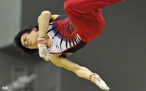 男子鉄棒で優勝した田中佑典(16日、豊田市総合体育館)=共同