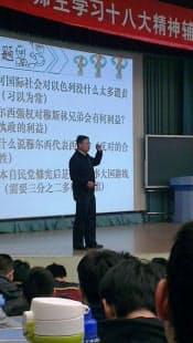 清華大の建築館講堂で講義する閻学通教授(12月、北京)