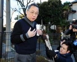 保釈され東京拘置所を出て、報道陣の取材に応じるAIJ投資顧問社長の浅川和彦被告(19日、東京都葛飾区)