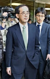 自民党の安倍総裁との会談を終え、自民党本部を出る日銀の白川総裁(18日午後、東京・永田町)=共同