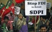 インド政府は不要だった議会採決も実施し、FDI受け入れへ踏み出した(5日、ニューデリーで反対の声を上げる野党支持者)=AP