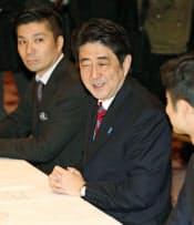 新経済連盟との意見交換会に出席した自民党の安倍総裁(21日午前、東京都内のホテル)=共同