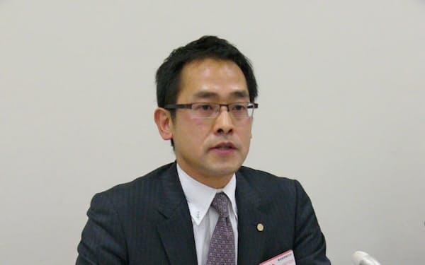 記者会見する地盤ネットの山本強社長(21日、東証)