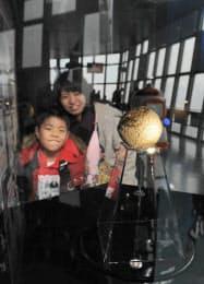 東京タワーの大展望台に展示された謎の軟式野球ボール(22日、東京都港区)