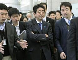 民放テレビ局の番組収録後、取材陣に囲まれる自民党の安倍総裁=中央(23日午前、東京都港区)=共同