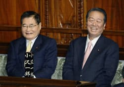 衆院本会議場で着席する日本未来の党の亀井静香氏(左)と小沢一郎氏(26日午後)=共同