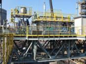 プロジェクトの一貫としてコークス炉に取り付けられたガス改質プラント(新日鉄住金の君津製鉄所)