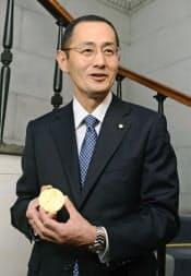 ノーベル賞のメダルを受け取り、笑顔を見せる山中伸弥京都大教授(12月12日、ストックホルム)=代表撮影・共同