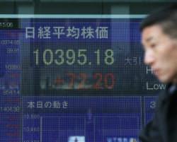 年初来高値を更新し、今年の取引を終えた日経平均株価(28日午後、東京・八重洲)
