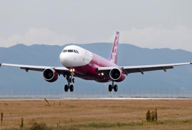 関西国際空港に到着する格安航空会社(LCC)ピーチ・アビエーションの飛行機