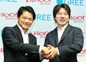 ヤフーの宮坂学社長(左)はグリーなど様々な企業との提携を強化している