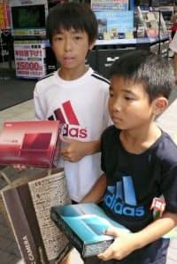 「ニンテンドー3DS」は多くの子供たちも手にしている(2011年8月、東京都豊島区)