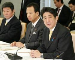 日本経済再生本部の初会合であいさつする安倍首相(8日午前、首相官邸)