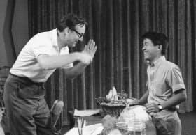 1963年8月、テレビ番組のリハーサルで、スティーブ・アレンさんと話す坂本九さん=米ロサンゼルス(共同)