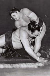 1966年の秋場所、優勝決定戦で柏戸を破り通算22度目の優勝を飾った大鵬(1966年9月25日、蔵前国技館)