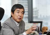 高原豪久(たかはら・たかひさ)1961年7月生まれ。愛媛県出身。創業者で父の慶一朗氏から2001年に、39歳の若さで社長のバトンタッチを受ける。創業者である先代社長慶一朗氏が盤石にした生理用品、子供用紙おむつなど国内の事業基盤を継承。2代目としてアジアなど新興国を中心とするグローバル化をけん引し、P&Gやキンバリー・クラーク、花王など巨大企業を相手に、互角以上の戦いを演じる企業へと導いた。