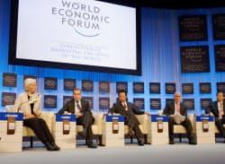 ダボス会議で議論する甘利経財相(中央)、IMFのラガルド専務理事(左端)ら(26日、スイス東部ダボス)=共同