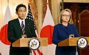 会談後、共同記者会見する岸田外相とクリントン米国務長官(1月18日、ワシントンの米国務省)=共同