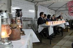 阪神大震災の追悼行事「1・17のつどい」の前夜、阪神大震災と東日本大震災の被災者が交流した。左手前は東日本の被災地から里帰りした「希望の灯り」(1月16日夜、神戸市中央区)